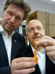 Ausstellungsmacher Oliver Behnecke und Peter Roloff checken das erste Objekt zur permanenten Umsiedlung ein: Die Plombe, welche den Ausstellungscontainer verschloss